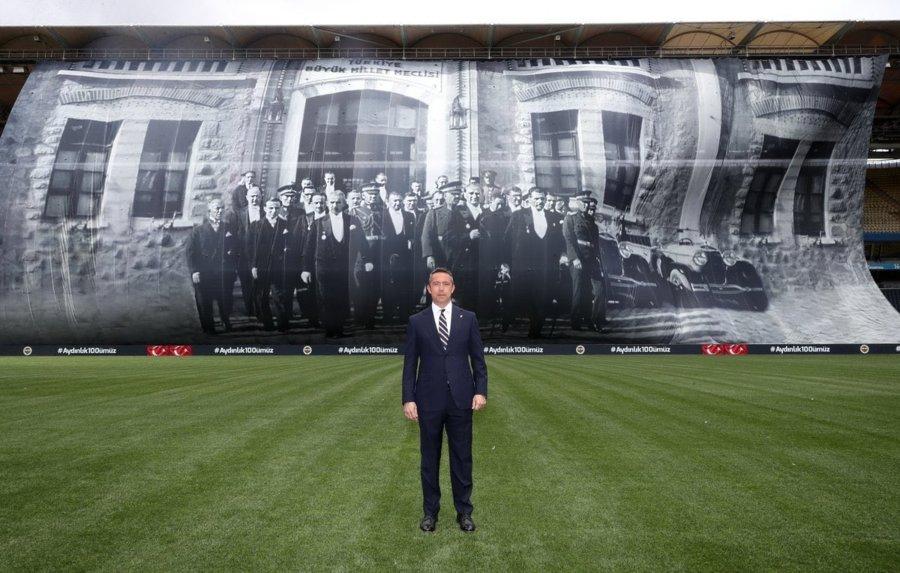 Şükrü Saraçoğlu Stadına Atatürk posteri
